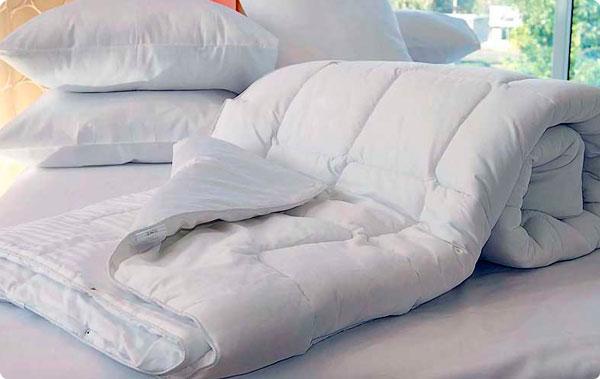 стирать подушки одеяло